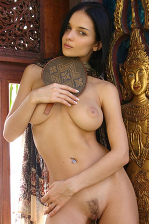 Hot babe Katie Fey shows her naked body